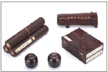 正文  其中琴盒制成缩小的古琴形,盒面镶嵌有圆形骨质白徽七枚,盒底有图片
