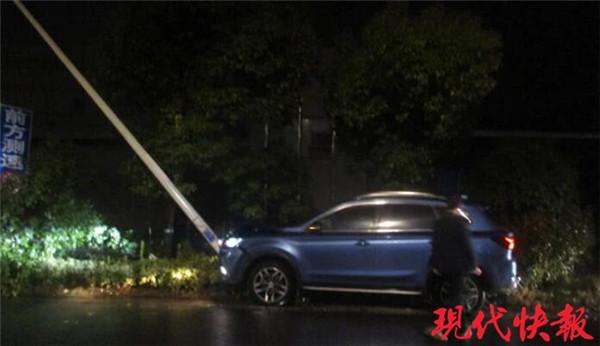 《丈夫:我开车撞上了电线杆,妻子:我也撞了那根》