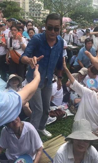 《香港艺人陈百祥为警察打气:我和所有正常的市民都会继续支持你们》