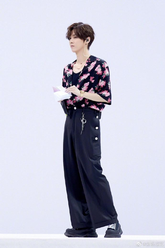 鹿晗牡丹印花衬衫
