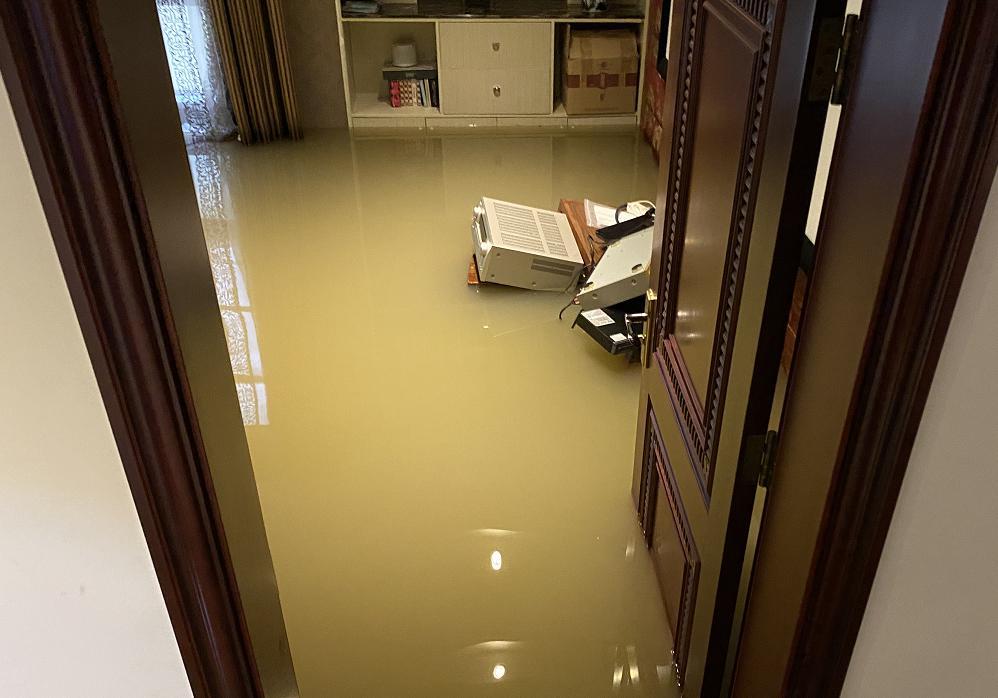 损失上百万!水没过膝盖地下室被淹翻,贵阳这10多户业主遭殃了