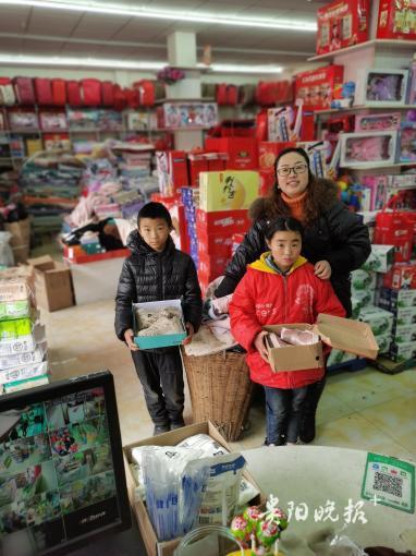 贵州两个孩子给超市送鹅、鸡、土豆,背后的故事让人泪目……