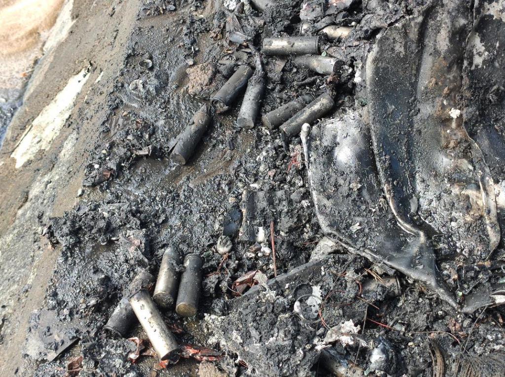 广州一辆特斯拉疑失控撞树自燃 因受轻伤已送往医院救治