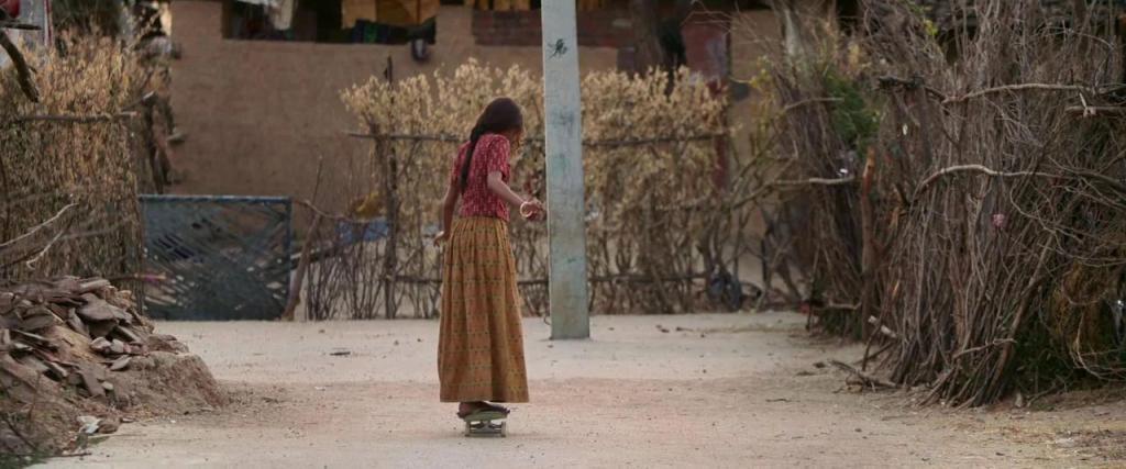 《滑板女孩》影评:太窒息!未成年少女辍学后,竟被亲生父母逼婚生子